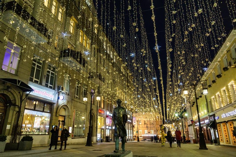 «Звездное небо» в центре Москвы к Новому году: Вместо бабочек сверкают снежинки и медузы