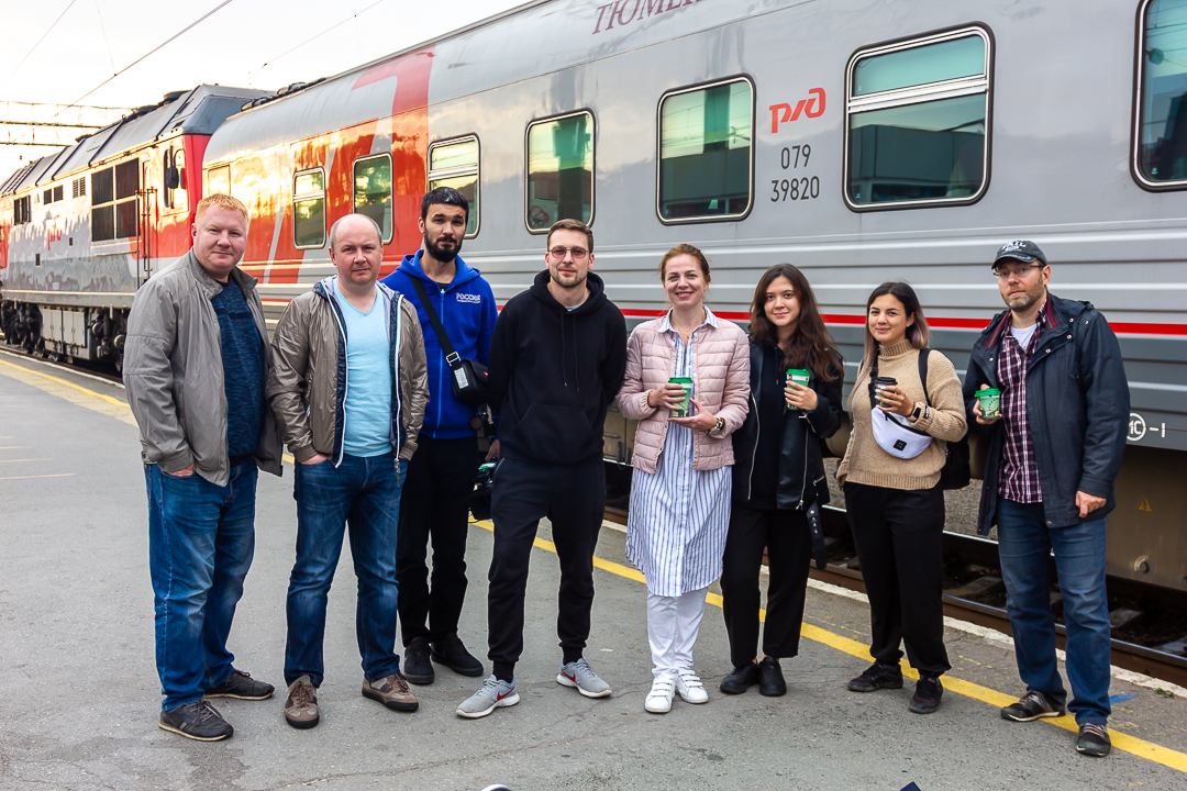 компания путешественников у поезда