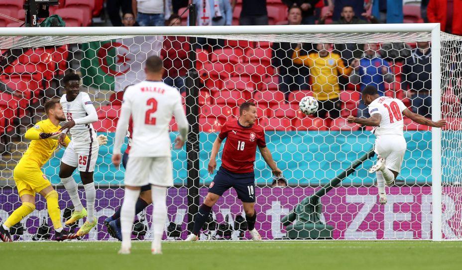 Форвард сборной Англии Рахим Стерлинг поражает ворота чеха Томаша Вацлика. Фото: Reuters