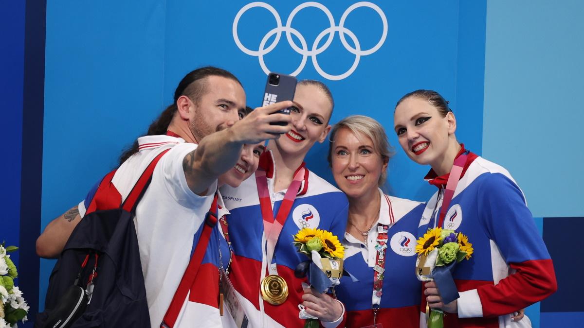 Ромашина и Колесниченко со своей командой после победы на Олимпиаде в Токио. Фото: REUTERS