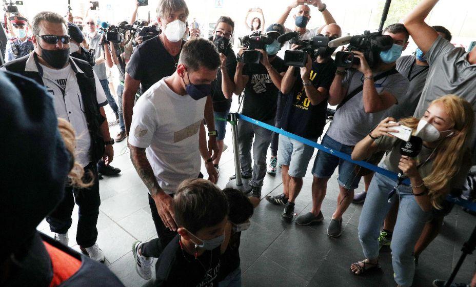 Лео Месси с семьей вылетел в Париж. Фото: Reuters