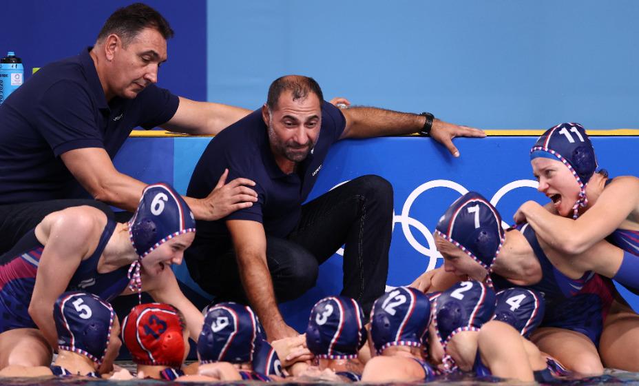 Главный тренер сборной России по водному поло Александр Гайдуков настраивает команду на победу в финале против венгерок. Фото: Reuters
