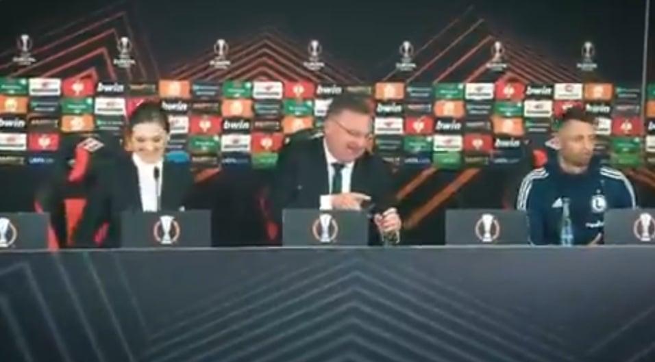 Тренер польской «Легии» Чеслав Михневич пришел на пресс-конференцию в хорошем настроении. Фото: Cкриншот Твиттер «Легии»