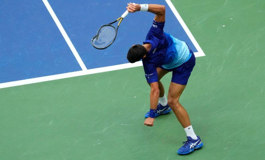 Новак Джокович крушит ракетку о корт в финале US Open-2021. Фото: Reuters